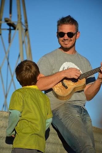 Un músico olavarriense tocando en cuarentena