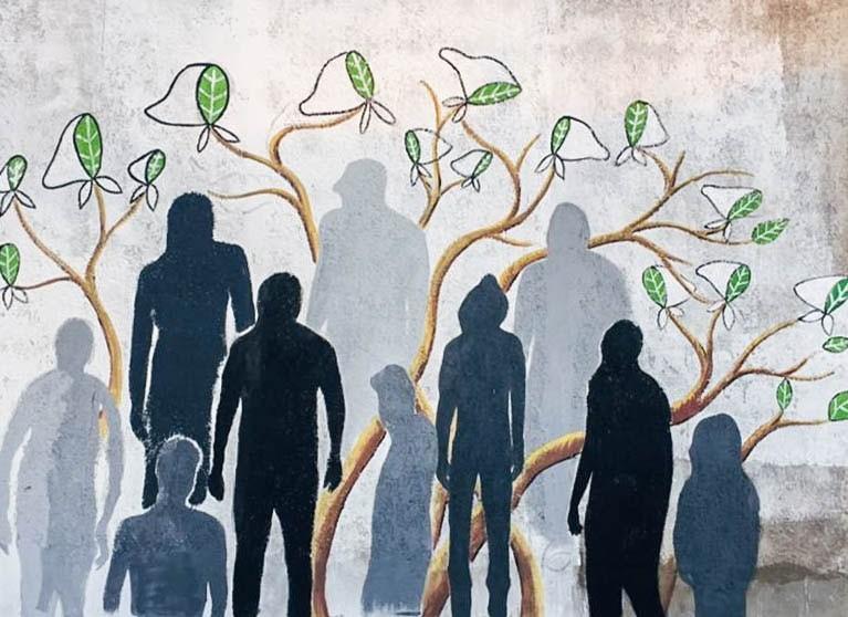 Tapalqué: Jóvenes pintan un mural en el C.I.C