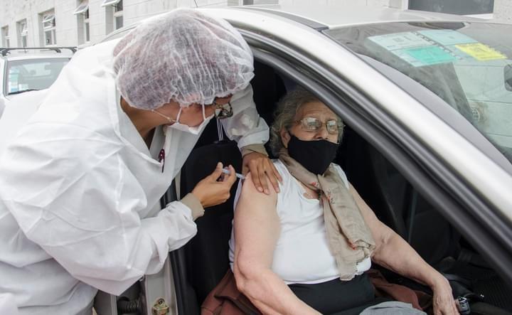 915 personas fueron vacunadas contra el COVID este viernes