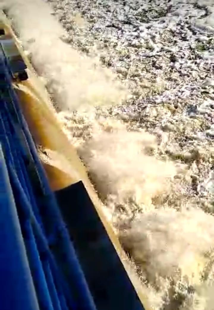 Arroyo Tapalqué: agua espumosa en las compuertas