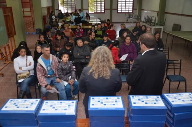 Entregas de netbooks en las escuelas 504, agrotécnica, normal y comercio