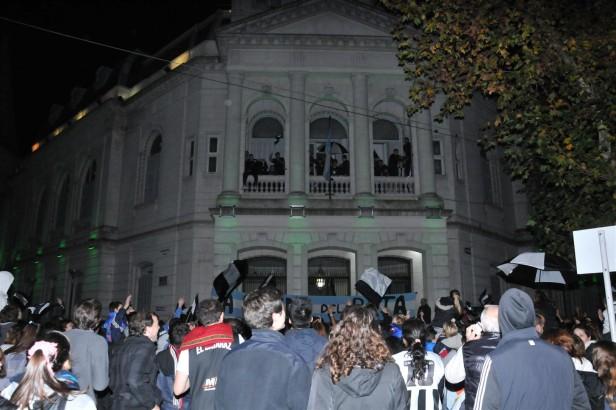 Arregui y Frías recibieron en el Palacio Municipal al plantel de Estudiantes