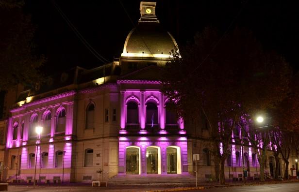El municipio cambió colores por #NiUnaMenos