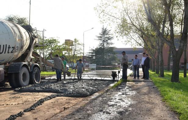 Se realiza la pavimentación de la calle de salida del Campus Universitario