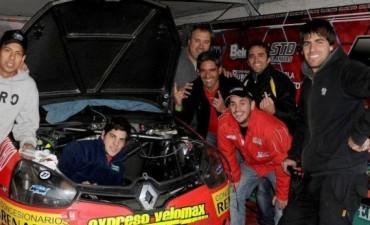 Agustín Herrera con su auto a Buenos Aires