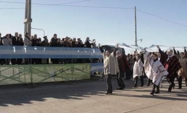 Con público e instituciones se desarrolló el desfile por el 25 de Mayo