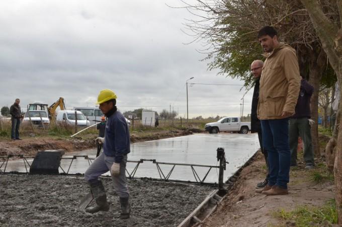 """El intendente Galli recorrió la obra de pavimentación del barrio """"12 de Octubre"""""""