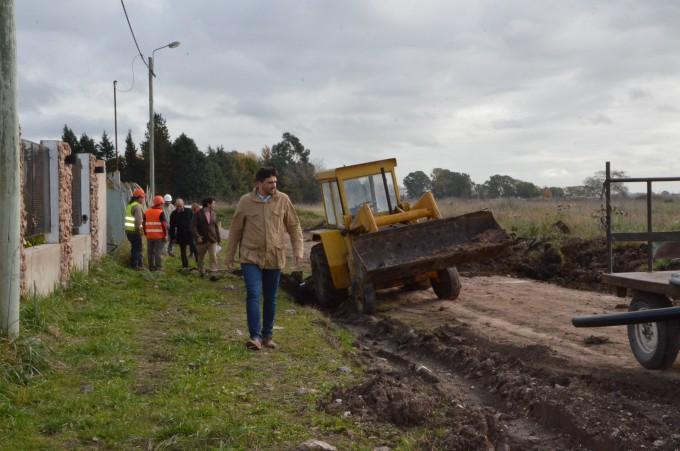 El intendente Galli recorrió la obra de agua corriente del barrio AOMA