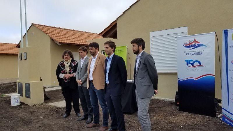Barrio Educadores: con la presencia de funcionarios provinciales entregaron seis casas