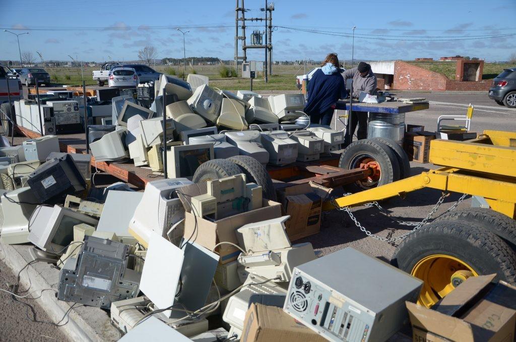 Recolección de basura electrónica para celebrar el Día Mundial del Reciclaje