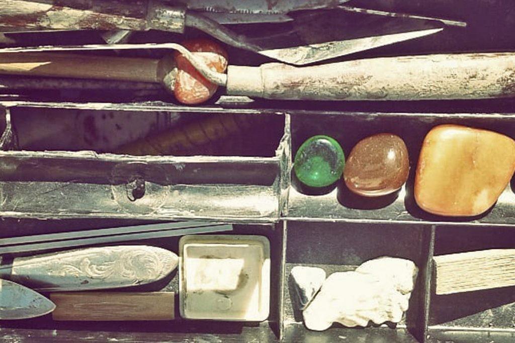 Construcción de instrumentos musicales en barro en la Escuela de Cerámica