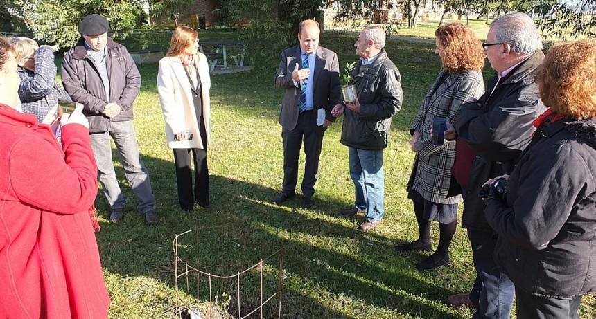 Representantes del Gobierno Vasco visitaron  el jardín botánico de la Facultad de Agronomía de Azul