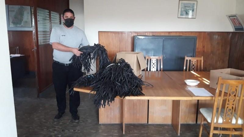 La Unidad N° 17 entregó 700 barbijos y recibió alcohol elaborado por el municipio