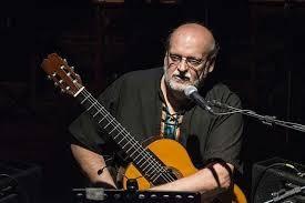 El concertista Eduardo Timpanaro además de tocar la guitarra, canta