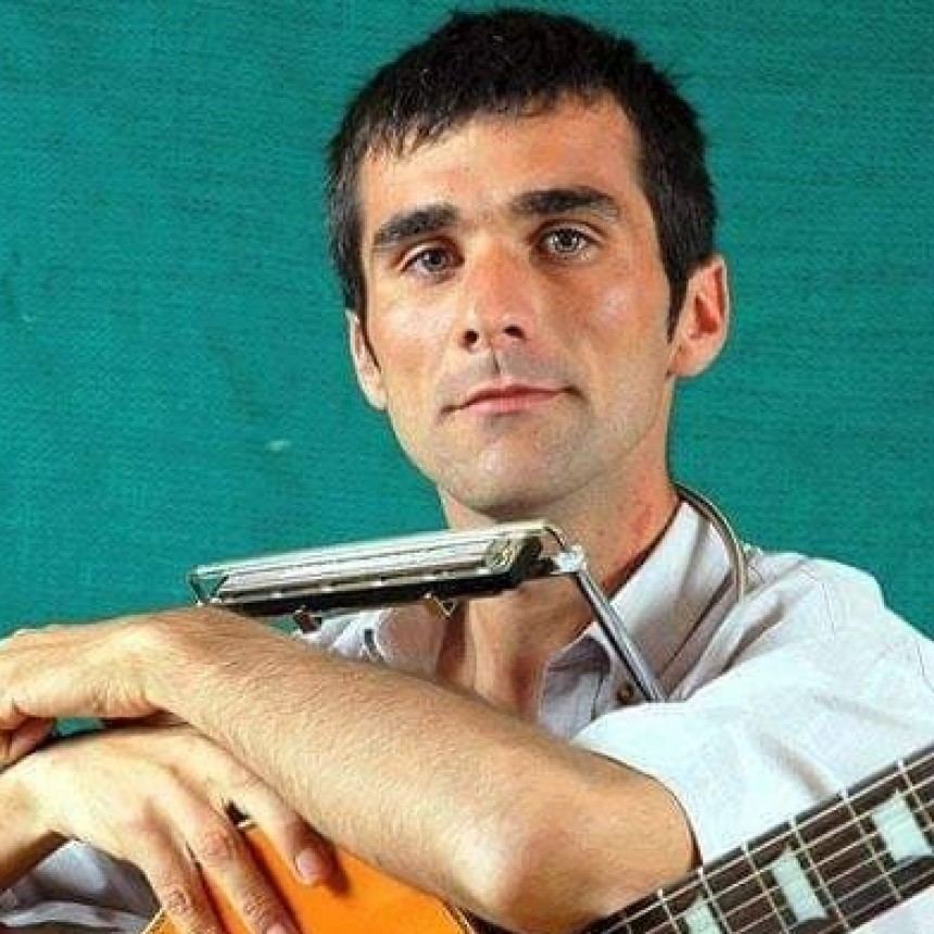 Un cantante olavarriense sigue cantando en cuarentena