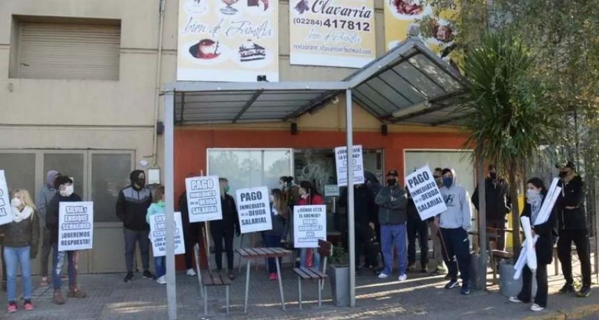 Sin apoyo de Gastronómicos, trabajadores de un restaurante reclaman salarios impagos