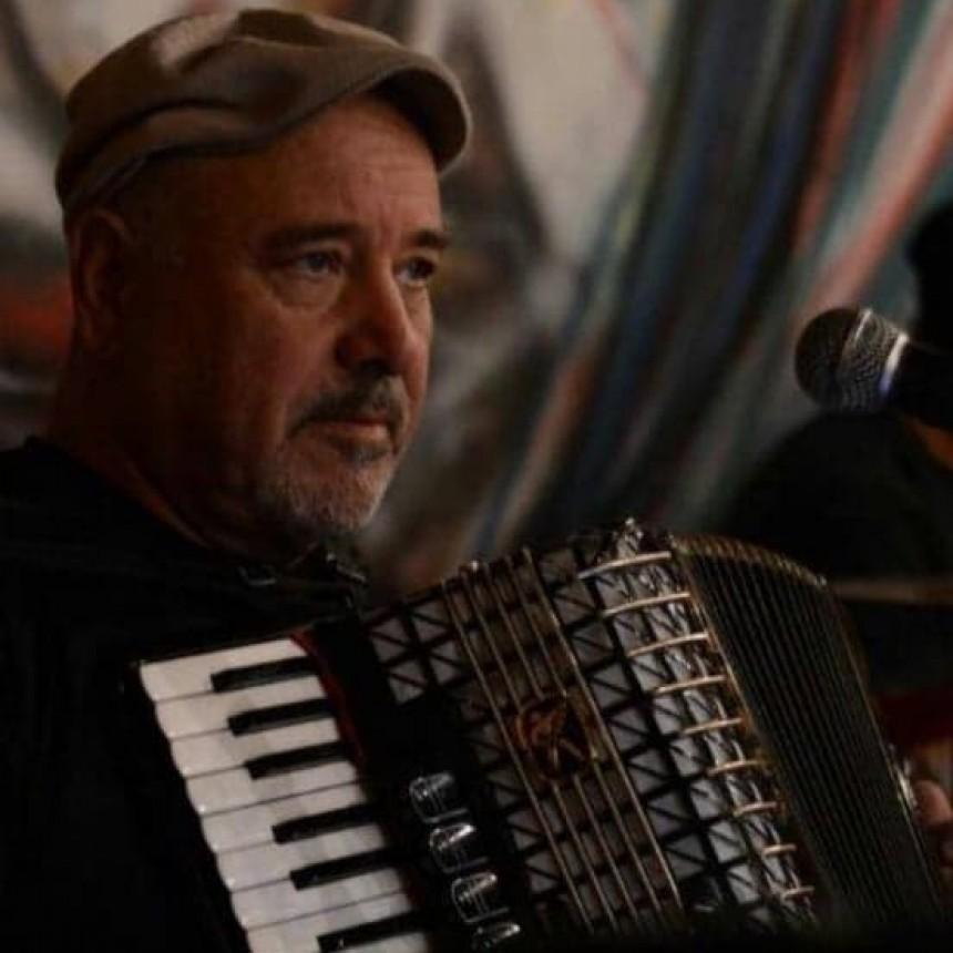 Cantó y tocó en vivo para Lu 32  José Pablo Avalos