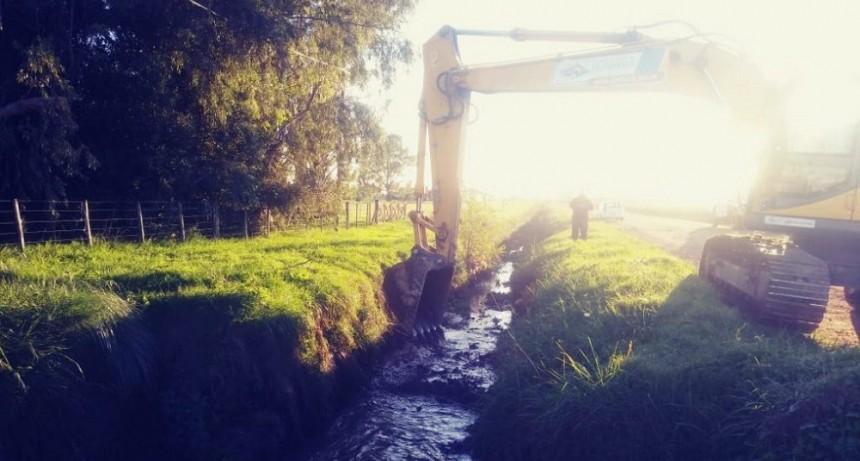 Hidráulica: continúa la limpieza de canales en distintos puntos de la ciudad