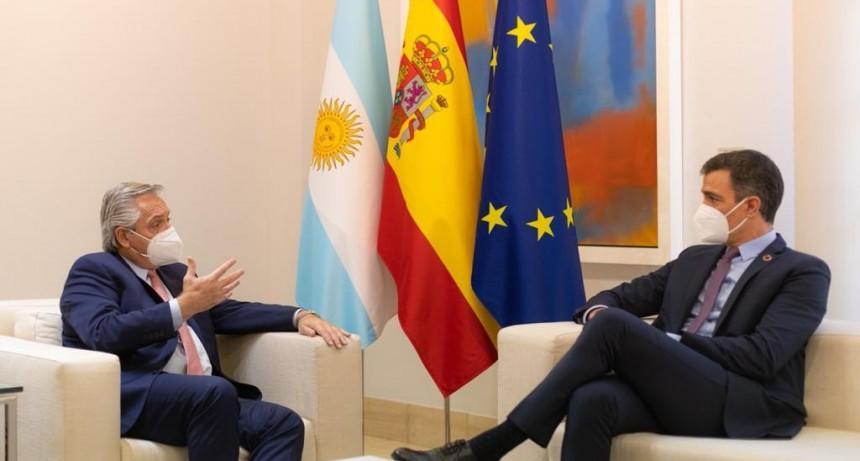 Fernández se reunió con el Rey de España y con el presidente Sánchez, que anunció una visita a la Argentina