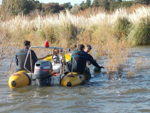 Búsqueda de los pescadores en el dique: hallan una remera