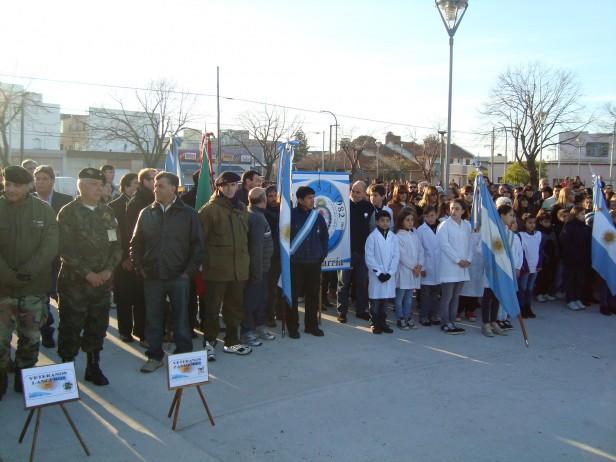 Alumnos y soldados prometieron y juraron a la bandera