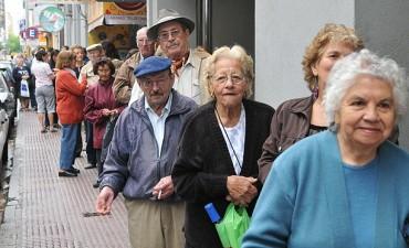 Jubilados y pensionados cobran este mes haberes y aguinaldo