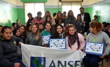 Estudiantes de Loma Negra y la EES Nº18 recibieron sus netbooks