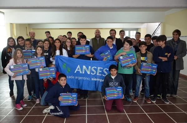 Más de 100 estudiantes de la Escuela Secundaria 16 y 20 recibieron sus netbooks