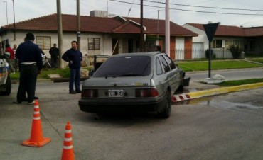 Un auto colisionó con una columna de alumbrado