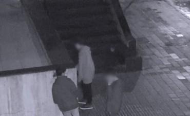 Inédito: los sorprendieron grafiteando y se lo hicieron limpiar