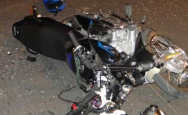 Choque entre un auto y una motocicleta