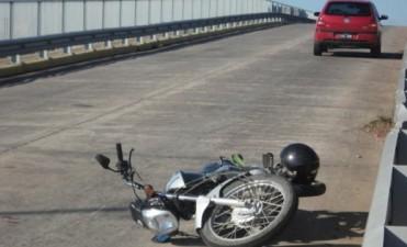 Motociclista herido en el puente de la Avenida Colón