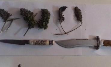 Dos demorados con marihuana y armas blancas