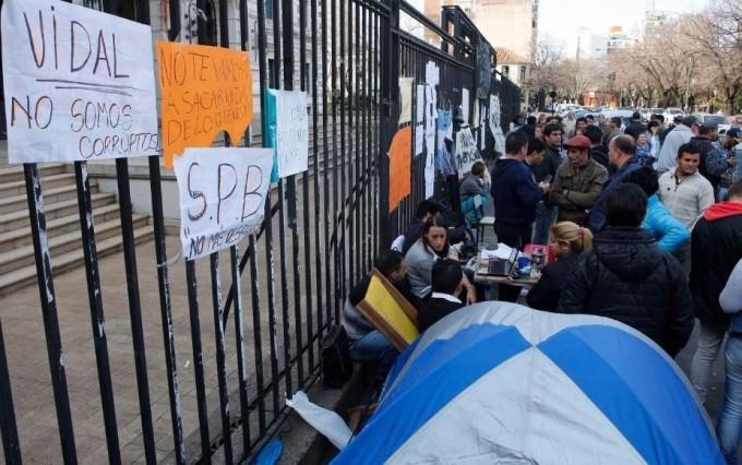 Despedidos del servicio penitenciario se manifestaron frente a Gobernación, sin respuesta