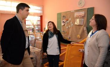 El intendente Galli entregó mobiliario en la Escuela N° 503