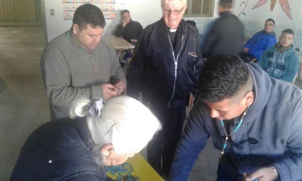 Seminaristas rezan con rosarios armados por internos