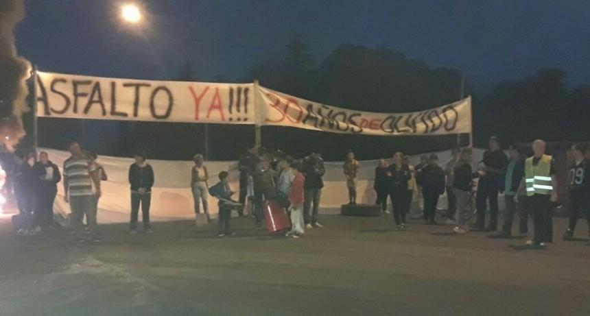 Barrio AOMA: vecinos cortaron la autopista  por promesas incumplidas