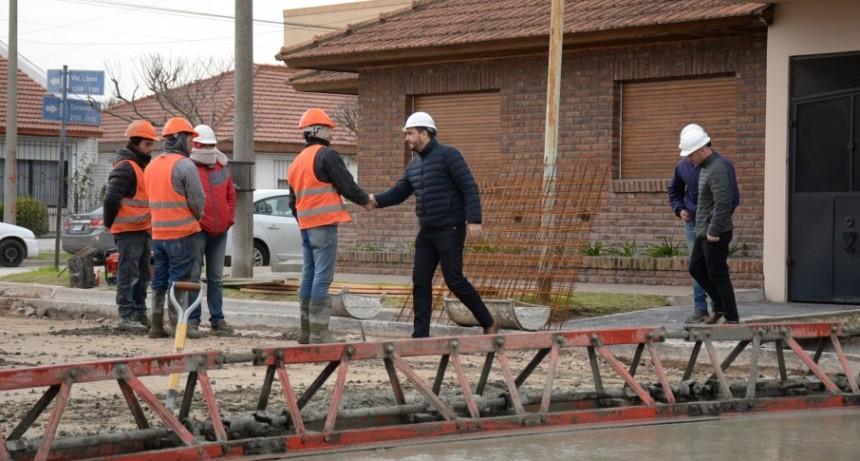 Cunetas pasantes y pavimento: obras que avanzan en la ciudad