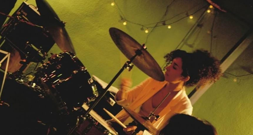 Una baterista que toca desde niña