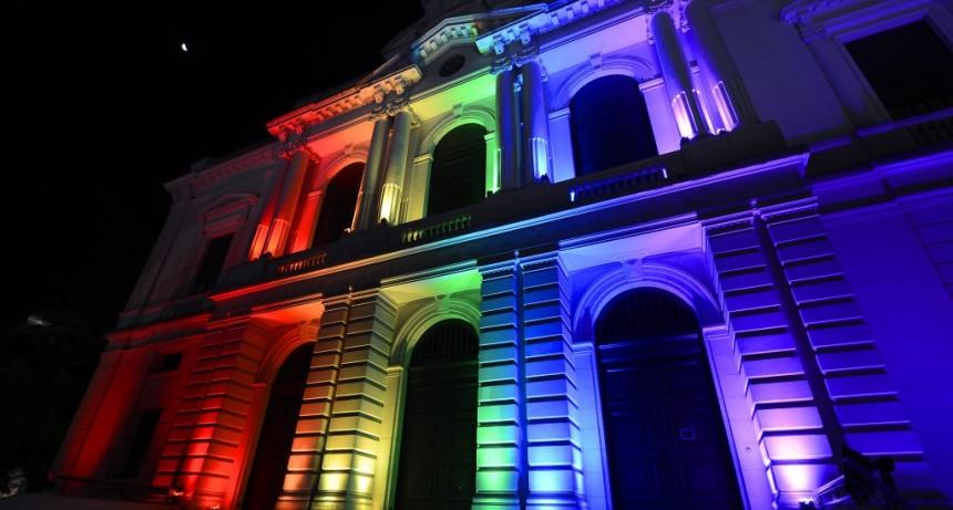 Banco Provincia iluminó sus edificios más emblemáticos con los colores de la diversidad