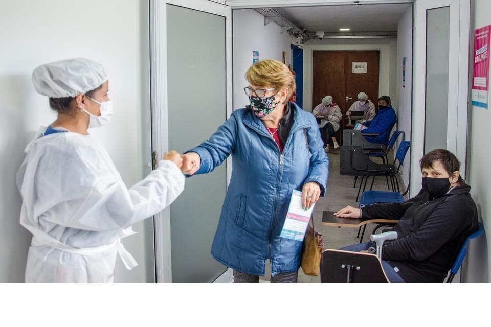 Vacunan con primeras dosis libre a mayores de 60 años en las localidades