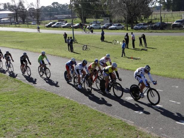 Ciclismo: Victoria de Abel Latapie en el Ovalo de Racing