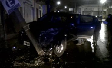 Una camioneta impactó con una columna