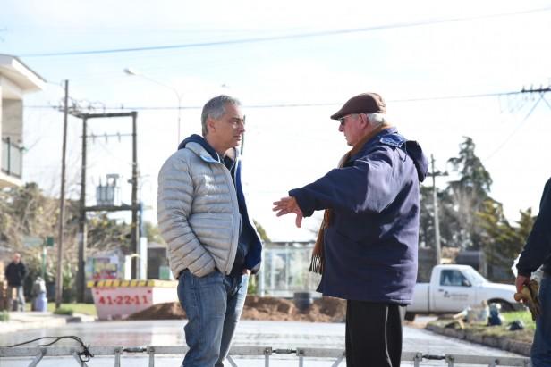 José Eseverri recorrió la obra de pavimentación en Hinojo