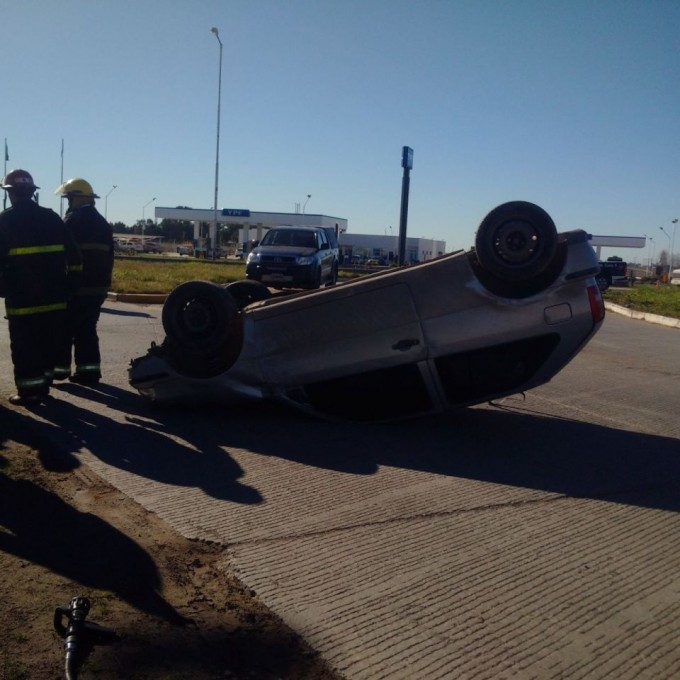 Volcó un vehículo en Pellegrini y Ruta 226