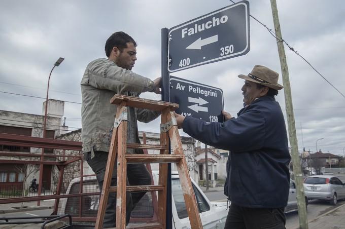Azul: Señalización de calles sobre Avenida Pellegrini