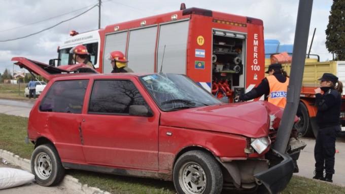 Fuerte impacto entre un auto y un colectivo