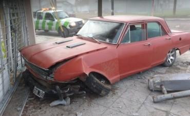 Un auto perdió el control y terminó contra un comercio