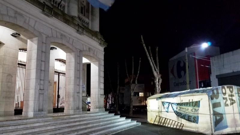 Antes de lo previsto, armaron la carpa de protesta de los Municipales
