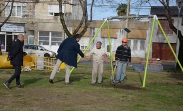 Comenzó la instalación de nuevos juegos en la Plaza López Camelo